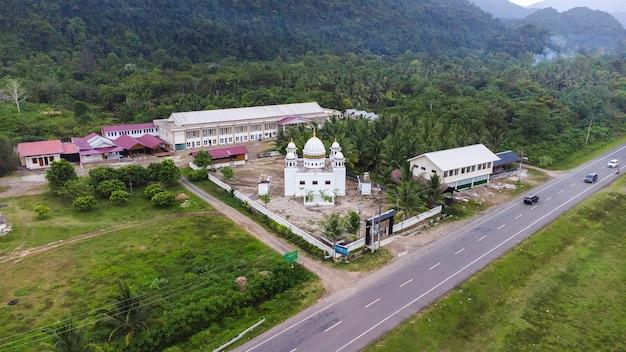 To zdjęcie opowiada historię piękna meczetu w wiosce leupung, dystrykt aceh besar