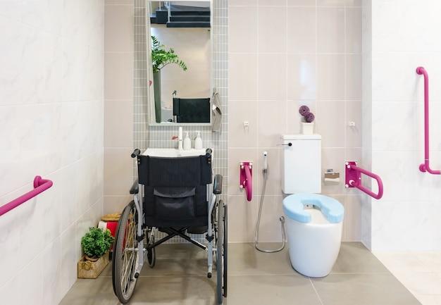 Toaleta dla osób starszych i niepełnosprawnych. dwustronny uchwyt do podparcia ciała