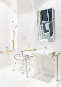 Toaleta dla osób starszych i niepełnosprawnych. posiada dwustronny uchwyt do podparcia ciała i zabezpieczenia antypoślizgowego