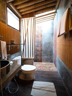 Toaleta i łazienka w japońskim stylu sypialni.