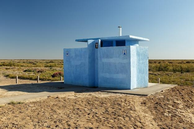 Toaleta przydrożna na autostradzie na stepie kazachstanu.