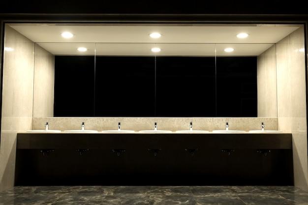 Toaleta publiczna i wnętrze łazienki z umywalką