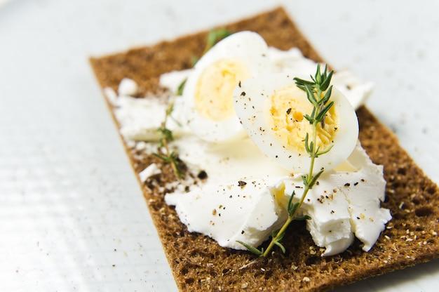 Toast z jajkiem przepiórczym.