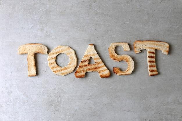 Toastowe słowo zrobione z grzankami