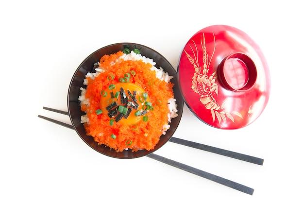 Tobiko don rice z żółtkiem jaja zwieńczonym wodorostami i dymką.