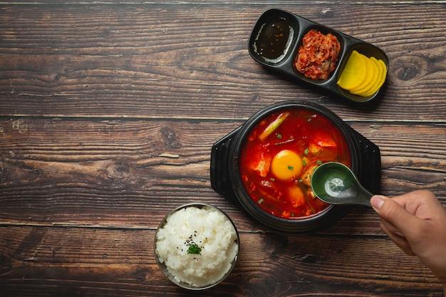 Tofu i żółtko gotowane w pikantnej zupie