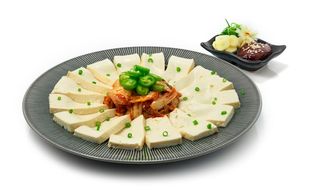 Tofu kimchi ontop green chili podawane z sosem kochujang chili i czosnkiem