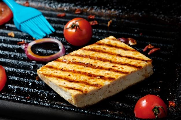 Tofu na specjalnej patelni grillowej dania wegetariańskie soja tofu grillowane nieostrość zbliżenie
