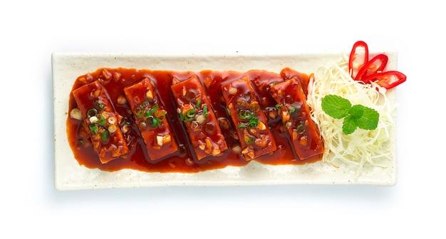 Tofu smażone w głębokim tłuszczu ze słodkim i ostrym sosem chili smaczne koreańskie jedzenie fusion