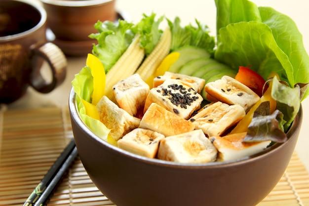 Tofu ze świeżymi warzywami sałatka w misce