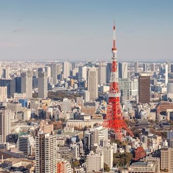 Tokio, japonia - 10 lutego 2016: pejzaż tokio z tokyo tower drugim co do wysokości budynkiem w japonii w dniu 10 lutego 2016 r. w tokio, japonia.
