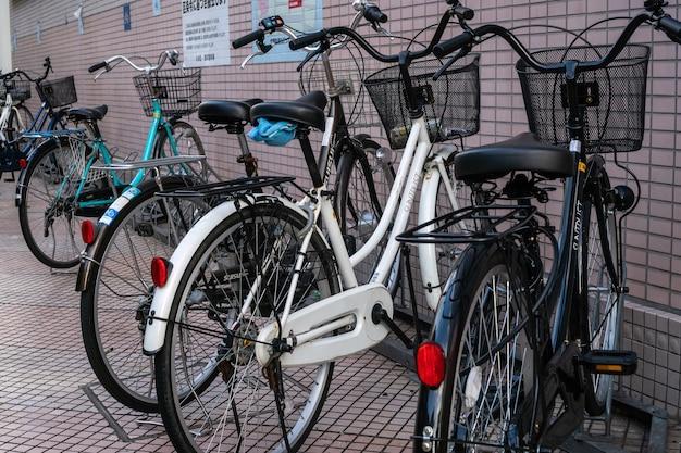 Tokio, japonia - luty, 04 2019: rząd rowerów w stylu japońskim w stylu klasycznym z siedzeniami na parkingu na chodniku w tokio w japonii