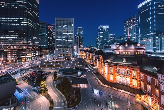 Tokio stacja kolejowa przy nocą