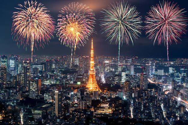 Tokio w nocy, fajerwerki nowy rok świętuje nad tokio pejzażem miejskim przy nocą w japonia