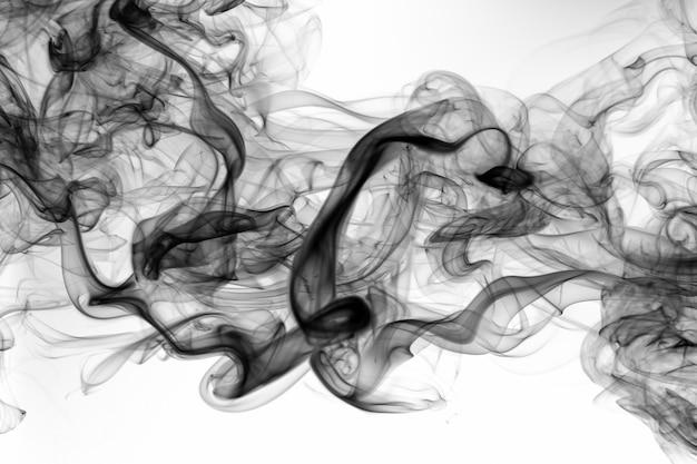 Toksyczny czarny amoke abstrakt na białym tle. ogień