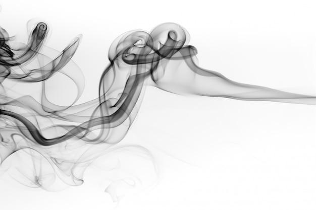 Toksyczny czerń dym na białym tle. sztuka abstrakcyjna