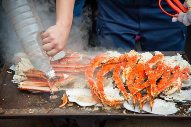 Tokyo, japan street na targu zewnętrznym tsukiji w ginza z pokazem detalicznych próbek gotowanego czerwonego kraba z homara z białego mięsa
