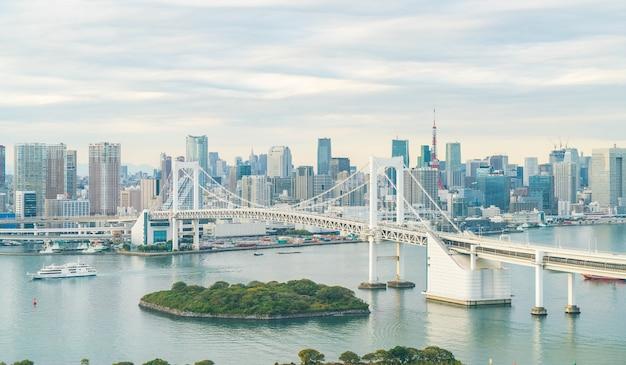 Tokyo panorama z wieżą tokio i tęczy mostu.
