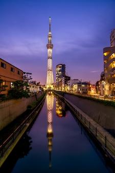 Tokyo skytree building wieczorem