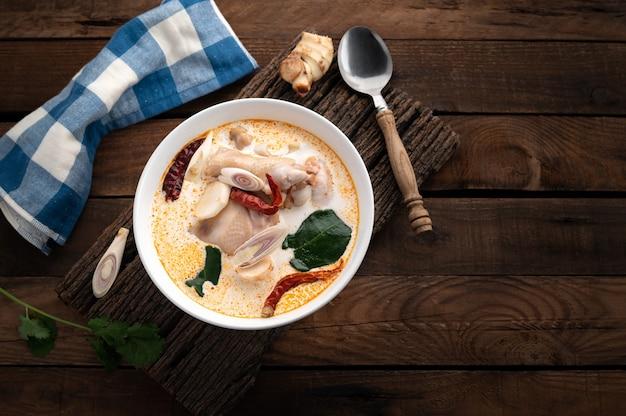 Tom kha gai, tradycyjna tajska zupa z kurczaka na drewnie