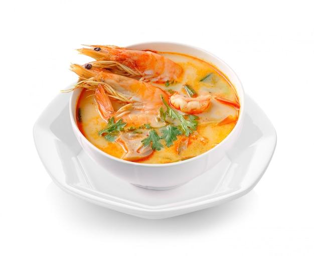Tom yam kung (kuchnia tajska) na białym tle
