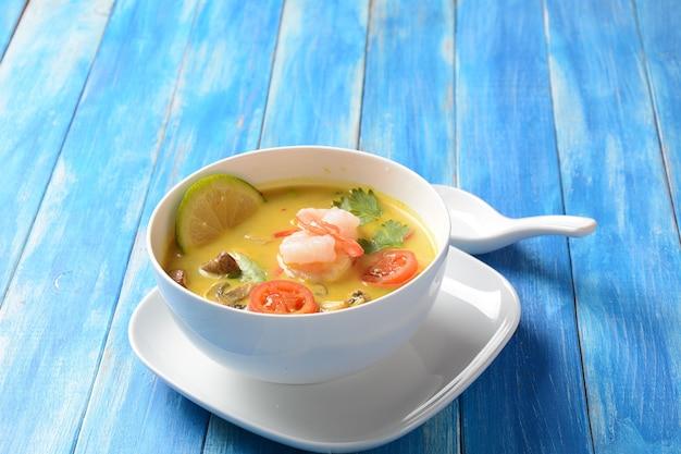 Tom yam kung pikantna tajska zupa z krewetkami, pomidorami, pieczarkami i papryczką chili