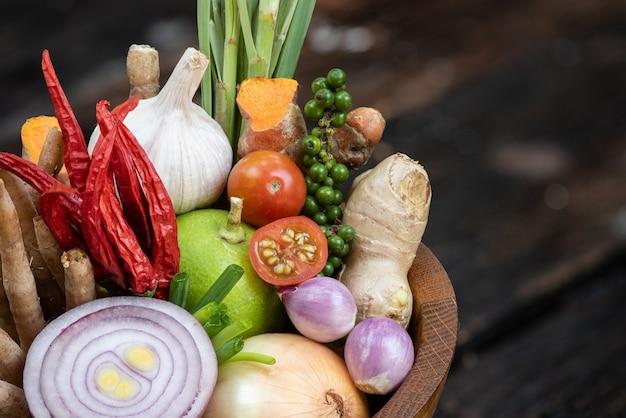 Tom yum czyli warzywa i zioła jedzą przeciwwirusowo i odporne na organizm takie jak pomidor, chilli, trawa cytrynowa, limonka, galangal, imbir, szalotka, papryka, cebula, kaempfer i kurkuma na naturze.