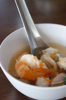 Tom yum goong w białej misce