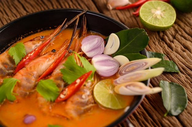 Tom yum kung tajskie gorące pikantne zupy krewetkowe z trawą cytrynową, cytryną, galangą i chili na drewnianym stole, tajlandia jedzenie