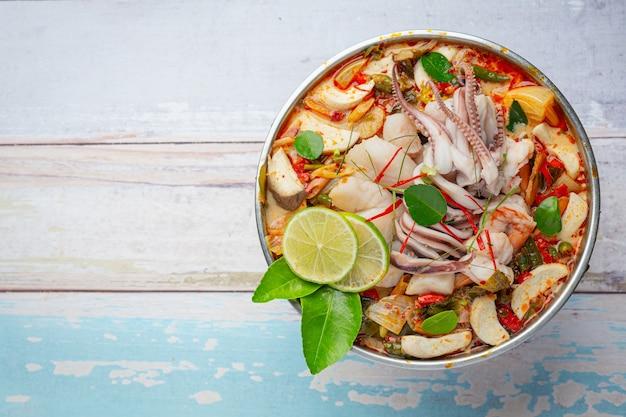 Tom yum mieszane owoce morza w grubym soup hot pot pikantne tajskie jedzenie.