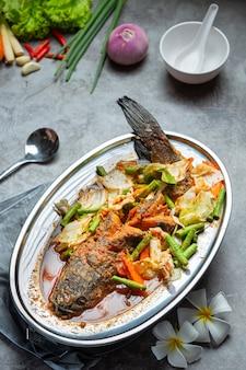 Tom yum snakehead fish hot pot tajskie jedzenie.