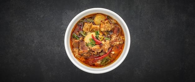 Tom yum, tajskie jedzenie, gorąca, pikantno-kwaśna duszona zupa wołowa w misce