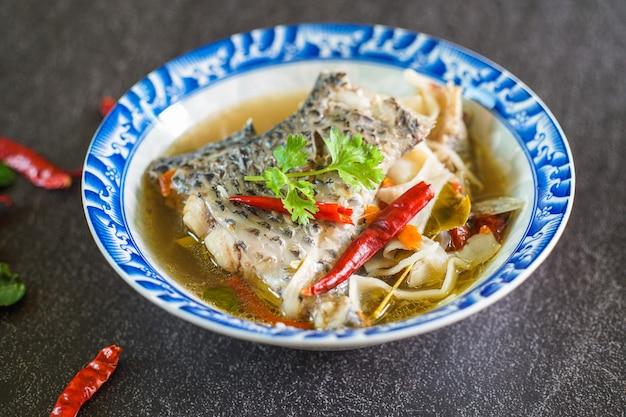 Tom yum tilapia jedzenie w stylu tajskim tajska pikantna zupa