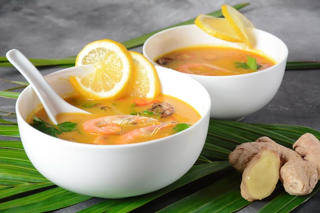 Tom yum - tradycyjna pikantna tajska zupa z mlekiem kokosowym, papryczką chili, cytryną, grzybami. zupa azjatycka