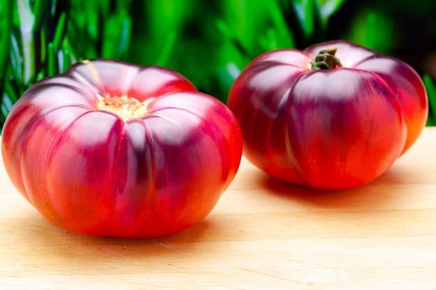Tomato mar azul (marazul). jest to nowa i pyszna odmiana pomidora o delikatnych odcieniach niebieskiego, fioletowego i różowego o bardziej owocowym smaku, soczysta o zapachu śliwki i zielonego pomidora.