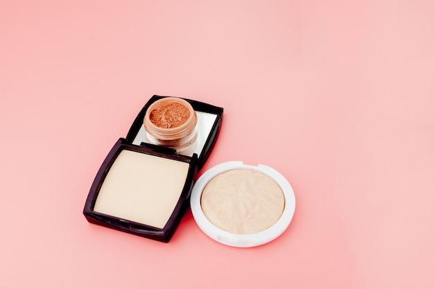 Tonalny podkład i rozświetlacz, baza pod makijaż w postaci poduszki. zakreślacz w proszku produkt kosmetyczny widok z góry