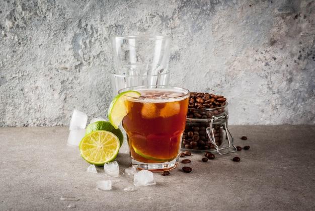 Tonik espresso, letni napój orzeźwiający z tonikiem, limonką i kawą, szary stół z kamienia, miejsce
