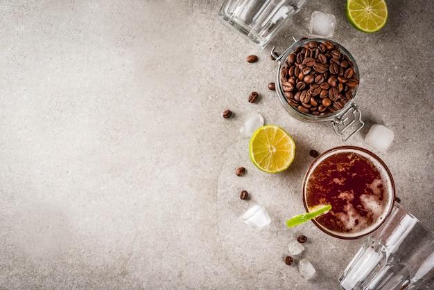 Tonik espresso, letni napój orzeźwiający z tonikiem, wapnem i kawą, szary stół z kamienia, widok z góry miejsca kopiowania