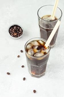 Tonik espresso, orzeźwiający letni napój z tonikiem, kawą i kostkami lodu. modny napój kawowy.