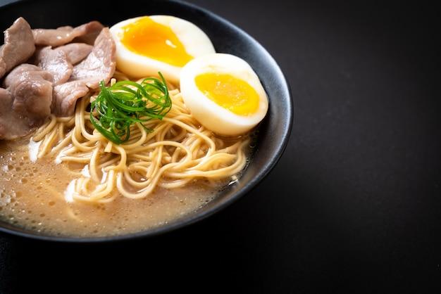 Tonkotsu makaron ramen z wieprzowiną i jajkiem