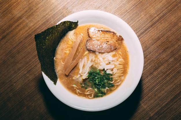 Tonkotsu ramen z chashu pork, scallion, sprout, onion, menma i dried seaweed.