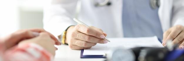 Tonometr leży na stole ręki lekarza z uchwytem pacjenta. pojęcie opieki medycznej