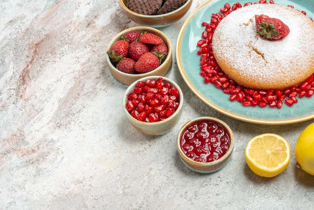 Top close-up view ciasto z truskawkami ciasto z pestkami truskawek granatowe ciasteczka cytryna