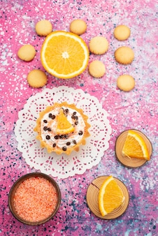 Top daleki widok ciasteczka i ciasto z plasterkami pomarańczy na jasnej powierzchni ciastko biszkoptowe ciasto owocowe słodkie