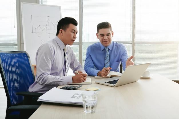 Top manager wyjaśniający właścicielowi nowy pomysł