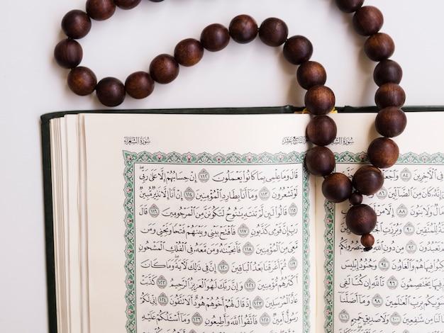 Top shot close up otwarty koran z koralikami modlitewnymi