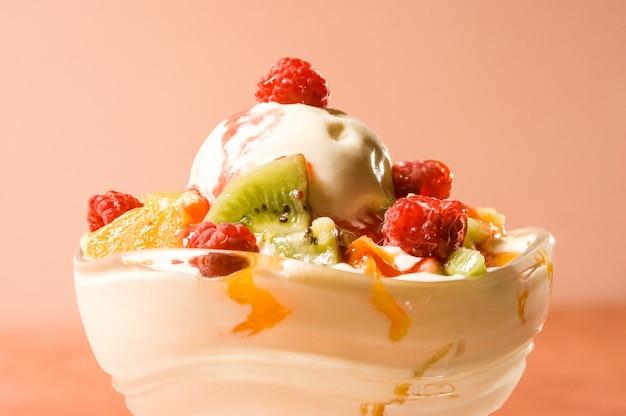 Topienie lodów z owocami