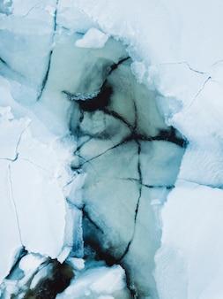 Topniejący łamany lód zimą