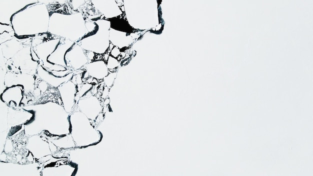Topniejący lód na brzegu jeziora bajkał wiosną. widok z lotu ptaka drona. jezioro bajkał, syberia, rosja. abstrakcyjne tło natury