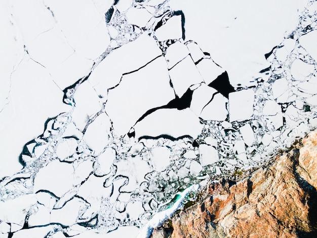 Topniejący lód na brzegu jeziora bajkał wiosną. widok z lotu ptaka drona. jezioro bajkał, syberia, rosja